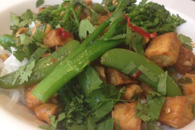 Tofu uit de wok met sugar snaps en bimi van Foodie Fredi