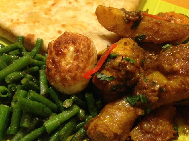 Roti met kip masala, kousenband en ei