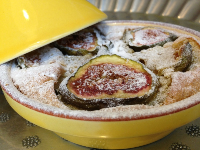 Dessert taartje met hazelnoten en verse vijgen
