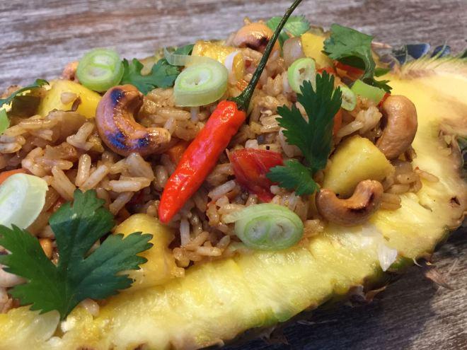 Ananas gevuld met gebakken rijst
