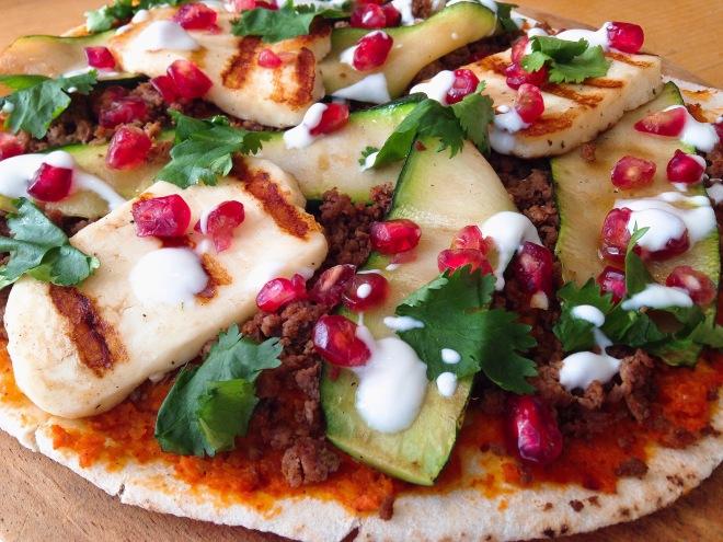 Platbrood pizza met lamsgehakt, courgette en halloumi van Foodie Fredi