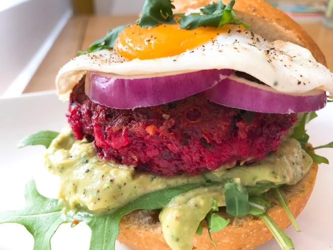 Rode bietenburger met avocadospread van Foodie Fredi