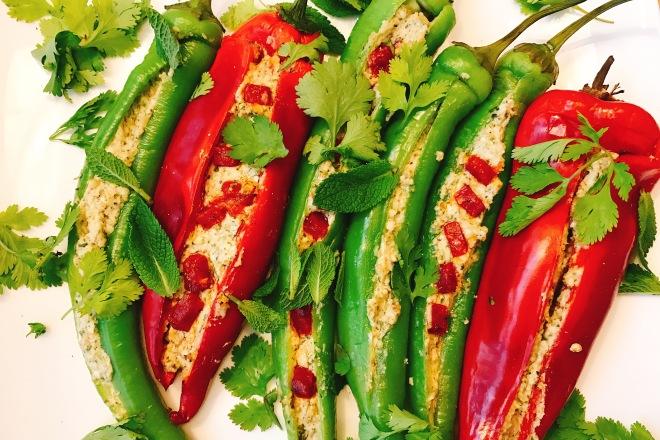 Turkse pepers en paprika, gevuld met feta en chorizo